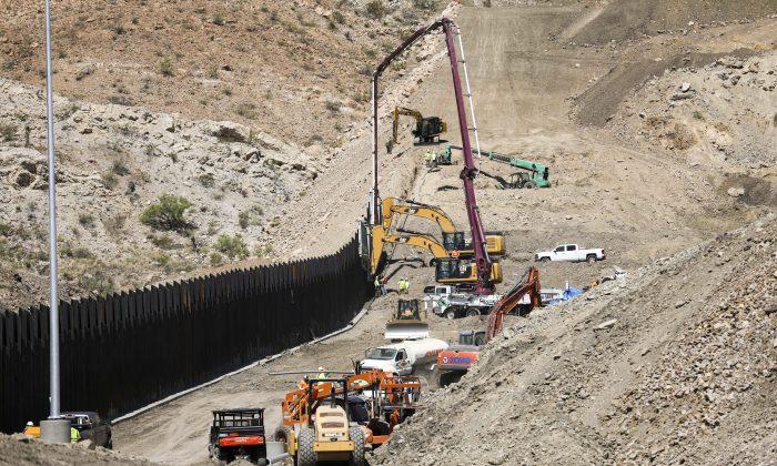 Continúa la construcción de una nueva sección de un kilómetro de cerca fronteriza por Nosotros Construimos el Muro en Sunland Park, Nuevo México, el 30 de mayo de 2019. (Charlotte Cuthbertson/La Gran Época)