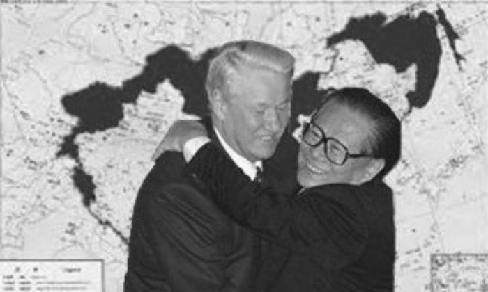 El 9 de diciembre de 1999, el ex líder chino Jiang Zemin y el entonces presidente ruso Boris Yeltsin firmaron un acuerdo fronterizo entre China y Rusia, en el que se reconocía plenamente una serie de tratados desiguales entre Rusia y  la dinastía Qing y se entregaba incondicionalmente a Rusia más de un millón de kilómetros cuadrados de tierra en el noreste de China. (Nueva Dinastía Tang TV)