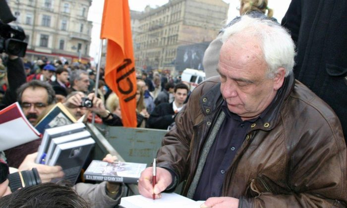 Vladimir Bukovsky firma un libro frente al Centro Sajarov en Moscú en 2007. (Cortesía de Vladimir Bukovsky)