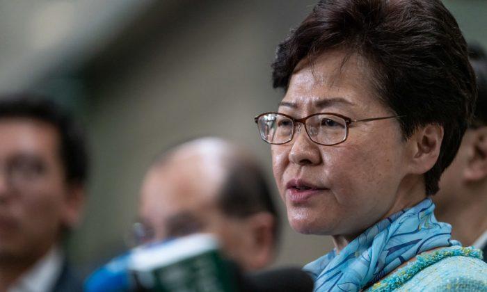 Carrie Lam, jefa ejecutiva de Hong Kong, habla durante una conferencia de prensa en Hong Kong, el 2 de julio de 2019. (Anthony Kwan/Getty Images)