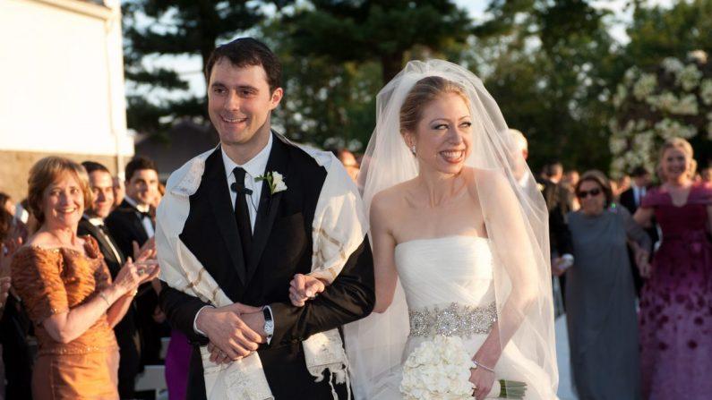 Chelsea Clinton (D) se casa con Marc Mezvinsky en el Astor Courts Estate en Rhinebeck, Nueva York el 31 de julio de 2010 (Genevieve de Manio a través de Getty Images)