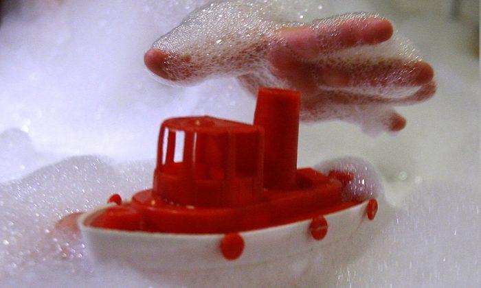 Niño en un baño de espuma jugando con un juguete de plástico en una foto de archivo. (Alexander Hassenstein/File Photo/Getty Images)