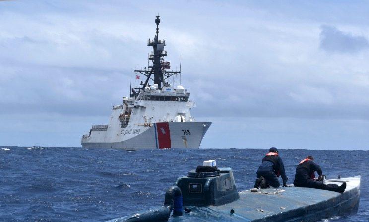 Miembros de la tripulación del guardacostas Munro inspeccionan un buque semisumergible autopropulsado sospechoso de contrabando de drogas (SPSS) en aguas internacionales del Océano Pacífico Oriental, el 19 de junio de 2019. (Foto de la Guardia Costera de los EE.UU.)