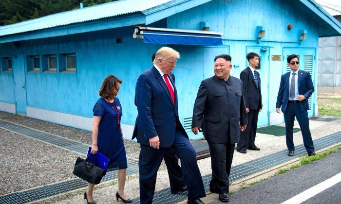 El presidente Donald Trump y el líder norcoreano Kim Jong Un caminan juntos al sur de la Zona Desmilitarizada (DMZ) que divide Corea del Norte y Corea del Sur, el 30 de junio de 2019. (BRENDAN SMIALOWSKI/AFP/Getty Images)