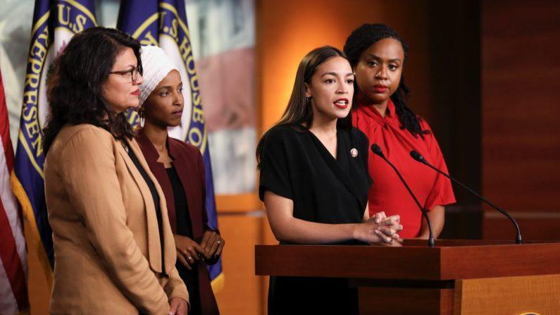 Las congresistas demócratas Alexandria Ocasio-Cortez, Ilhan Omar, Ayanna Pressley y Rashida Tlaib hablan en una conferencia de prensa en el Capitolio de los EE. UU. 15 de julio de 2019. (Holly Kellum/NTD)