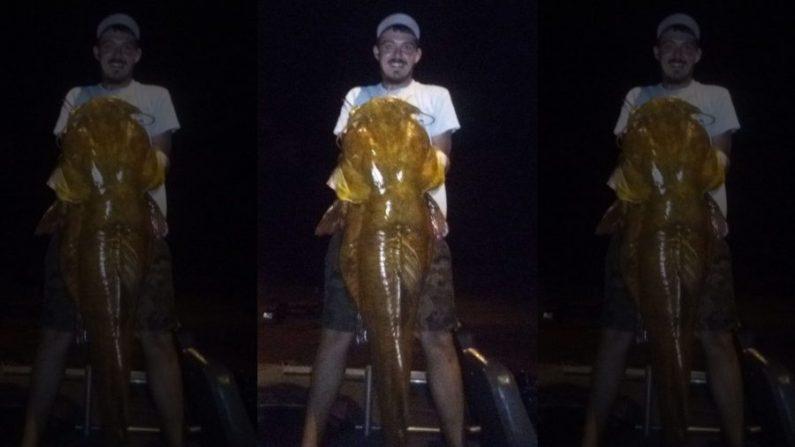 Marvin Griffin muestra con orgullo su bagre de cabeza plana récord de 32 kilos en Florida. (Comisión de Conservación de Pesca y Vida Silvestre de Florida)