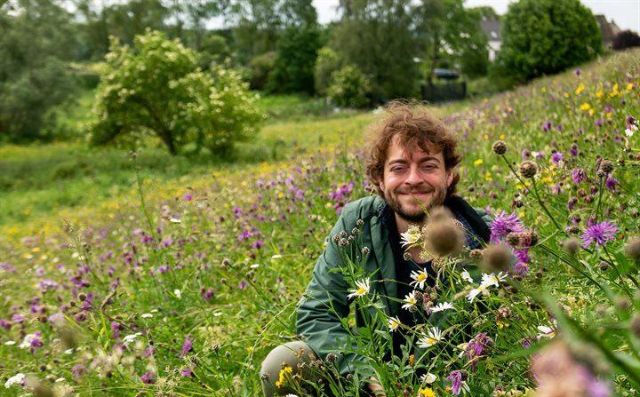 El ecologista Nils van Rooijen, ante la emergencia de la pérdida dramática de plantas e insectos hizo un llamado el 24 de junio y una campaña para instalar una secadora de semillas en la Universidad de Radboud para recolectarlas. (Universidad de Radboud)