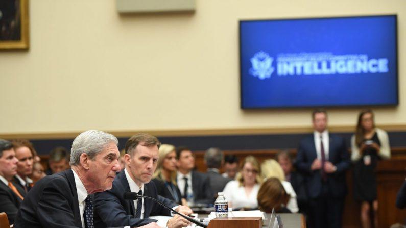 El exasesor especial Robert Mueller testifica ante la audiencia del Comité Selecto de Inteligencia de la Cámara de Representantes en Capitol Hill en Washington, DC, el 24 de julio de 2019. (Saul Loeb/AFP/Getty Images)
