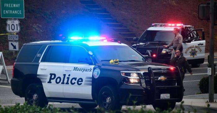 Un oficial de la Patrulla de Carreteras de California controla una carretera en Thousand Oaks, California, el 8 de noviembre de 2018. (Frederic J. Brown/AFP/Getty Images)