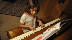 """Niña argentina de 7 años con """"oído absoluto"""" toca magistralmente obras de Beethoven"""
