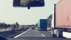 México: Saquean productos tras choque de 2 camiones mientras el chofer muere calcinado