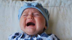 Ve a un bebé llorando encerrado en un auto caliente y rompe el vidrio con un mazo para salvarlo
