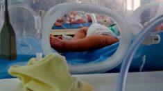 Bebé nace sin piel y se somete a cirugía con piel cultivada en laboratorio para salvar su vida