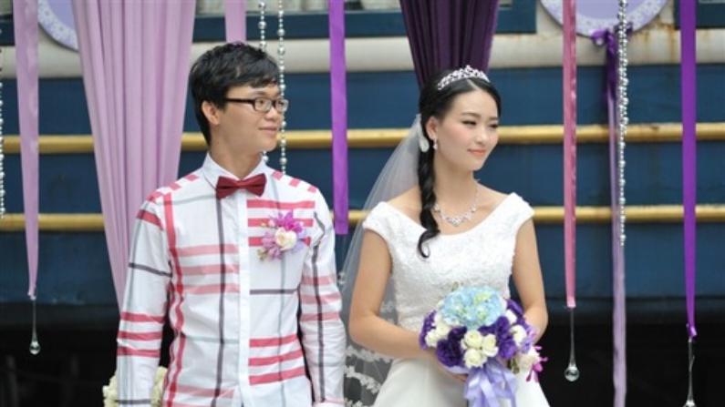 He Wenting (Der) y Huang Guangyu (Izq) en el día de su boda en el 2012. (Crédito: Minghui.org)