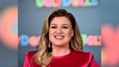 """Kelly Clarkson es acusada de """"abuso infantil"""" por darle un bocadillo alto en azúcar a su hija pequeña"""