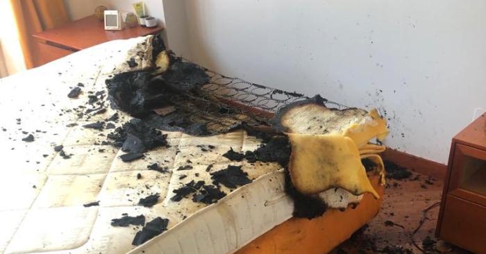 Según informan fuentes del Cuerpo de Bomberos, las llamas afectaron al colchón de un piso de la calle Hernando de Acuña, del barrio de Parquesol, pero no hubo que lamentar daños personales. Foto Bomberos Valladolid/Twitter.