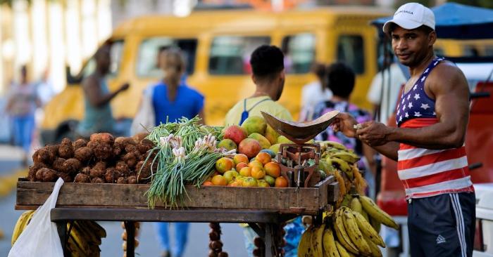 Un hombre vende frutas y verduras en una calle de La Habana, el 11 de junio de 2019. Foto de YAMIL LAGE/AFP/Getty Images.