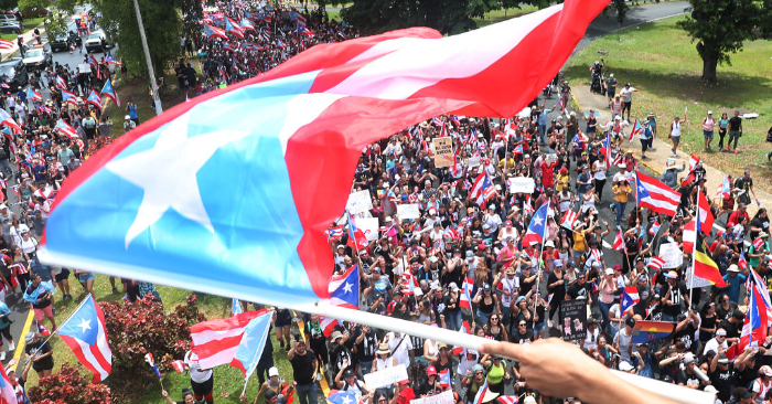 Los puertorriqueños celebrar la destitución de Ricardo Rosselló, Gobernador de Puerto Rico, el 25 de julio de 2019 en el Viejo San Juan, Puerto Rico. Foto de Joe Raedle/Getty Images.