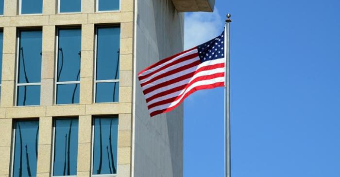Bandera de EE. UU. en el edificio de su embajada en La Habana, Cuba. (Foto STR / AFP / Getty Images)