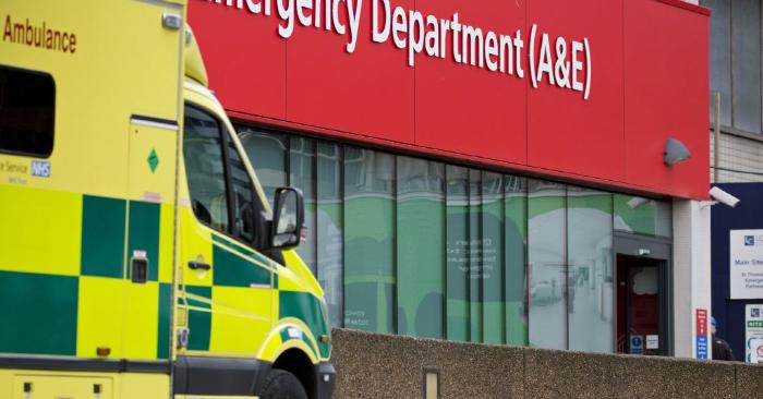 Una ambulancia está estacionada frente al servicio de urgencias y accidentes (A&E) Del hospital St. Thomas de Londres. Foto se debe leer ISABEL INFANTES/AFP/Getty Images.