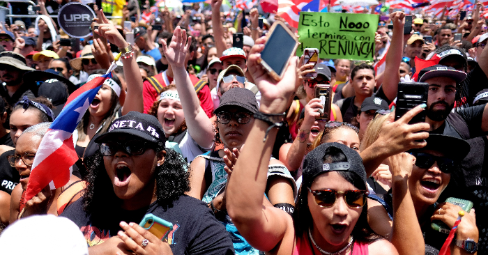 Los puertorriqueños marchan en San Juan el 25 de julio de 2019, un día después de la renuncia del gobernador de Puerto Rico, Ricardo Rosselló. Foto de RICARDO ARDUENGO/AFP/Getty Images.