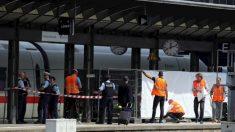 Un niño de 8 años muere cuando un hombre lo empuja a él y a su madre a las vías del tren
