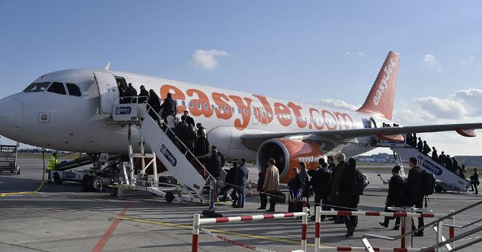 Foto ilustrativa. Pasajeros abordan un vuelo de EasyJet en el aeropuerto de Toulouse-Blagnac, en el suroeste de Francia, el 17 de marzo de 2015. Foto de leer PASCAL PAVANI/AFP/Getty Images.