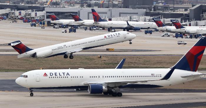 Un avión McDonnell Douglas MD-88 de Delta Airlines despegando en el Aeropuerto Internacional Hartsfield-Jackson de Atlanta en Atlanta, Georgia, EE.UU., el 27 de enero de 2019 (reeditado el 10 de julio de 2019). EFE/EPA/MATT CAMPBELL.