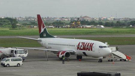 Pasajeros filman a un hombre trepándose al ala del avión al momento del despegue