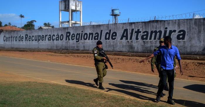 Un agente de policía patrulla los alrededores del Centro Regional de Recuperación de Altamira después de que al menos 52 reclusos murieran en un motín en la ciudad de Altamira, en el estado de Pará, en el norte de Brasil, el 29 de julio de 2019. Foto de BRUNO SANTOS/AFP/Getty Images.