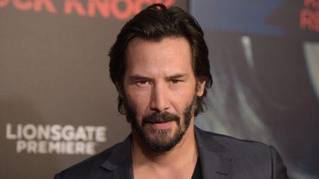 """Fans de Keanu Reeves le dejan un mensaje en su jardín. Él baja del auto y hace algo """"¡asombroso!"""""""