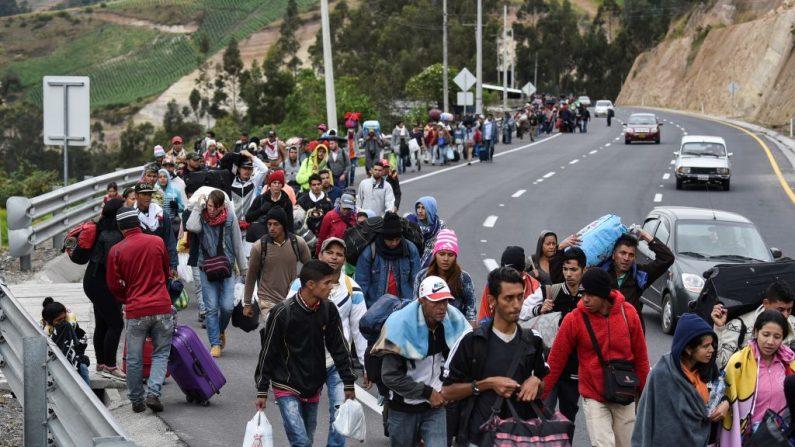 Migrantes venezolanos que se dirigen a Perú caminan por la carretera Panamericana en Tulcán, Ecuador, después de cruzar desde Colombia, el 21 de agosto de 2018. (LUIS ROBAYO/AFP/Getty Images)