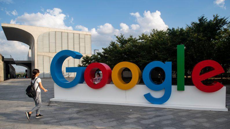 Una mujer y su hija juegan en el logo de Google en la Conferencia Mundial de Inteligencia Artificial (WAIC) en Shanghai,el 26 de septiembre de 2018. (Johannes Eisele/AFP/Getty Images)