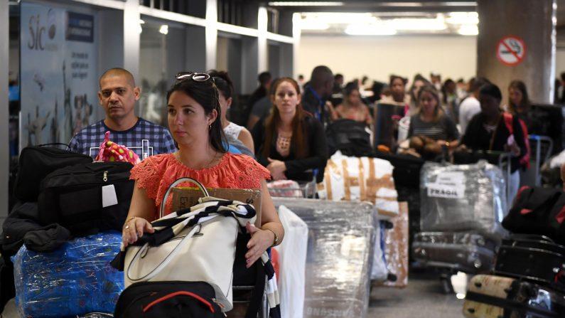 """Un grupo de médicos cubanos regresan a Cuba, en el aeropuerto de Brasil el 22 de noviembre de 2018, luego que se elimina el programa """"Más médicos"""" (Evaristo Sa/AFP/Getty Images)"""