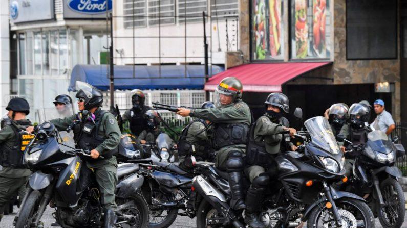 La policía se enfrenta a manifestantes durante una protesta contra el régimen de Nicolás Maduro, en Caracas el 23 de enero de 2019. (YURI CORTEZ/AFP/Getty Images)