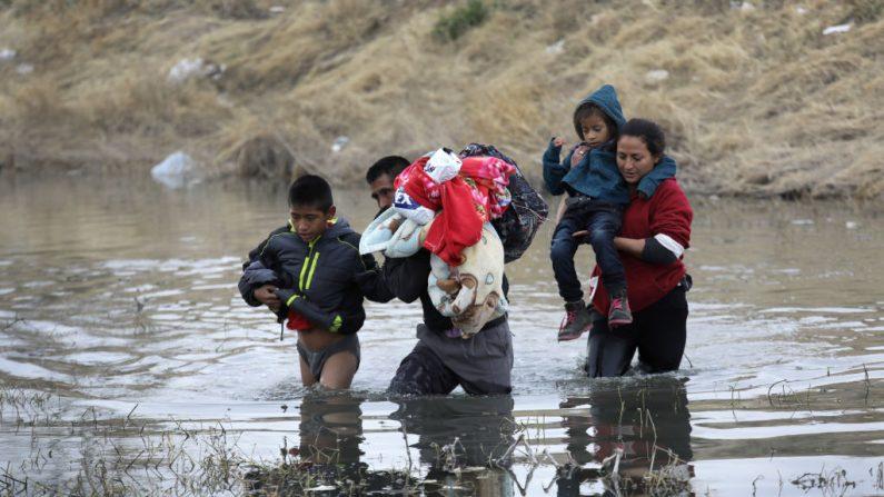 Inmigrantes centroamericanos cruzan el Río Grande desde México hacia Estados Unidos el 1 de febrero de 2019 en El Paso, Texas. Más tarde se entregaron a los agentes de la Patrulla Fronteriza de Estados Unidos, en busca de asilo político. Foto de John Moore/Getty Images.