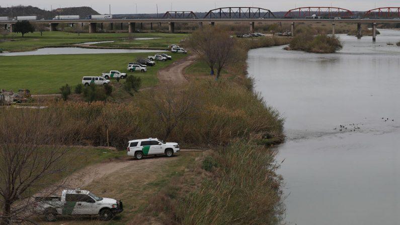 Los vehículos de la Policía y de la Patrulla Fronteriza al borde del Río Grande, que es la frontera México-Estados Unidos, el 08 de febrero de 2019 en Piedras Negras, Texas. (Joe Raedle/Getty Images).