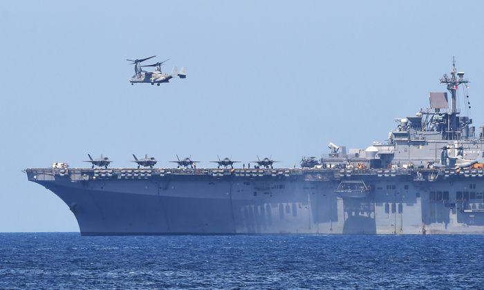 Un Bell-Boeing V-22 Osprey de EE. UU.  despega del buque de asalto anfibio multipropósito USS Wasp de la Armada de los Estados Unidos, durante los ejercicios de desembarco anfibio como parte del ejercicio militar anual conjunto Estados Unidos-Filipinas en las costas de la ciudad de San Antonio, provincia de Zambales, Filipinas, frente al Mar del Sur de China, el 11 de abril de 2019. (Ted Aljibe/AFP/Getty Images)