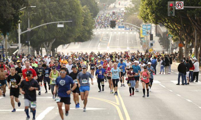 Los corredores suben la 1ª calle durante el maratón de Los Ángeles 2019 en Los Ángeles, California, el 24 de marzo de 2019. (Katharine Lotze/Getty Images)