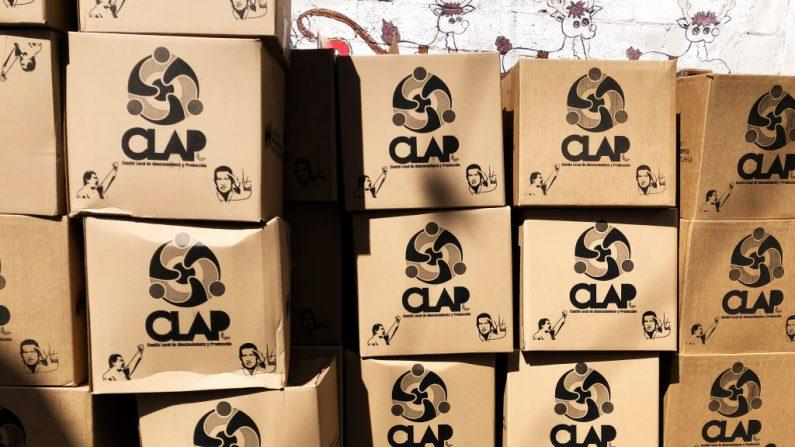 Cajas apiladas del programa de alimentos CLAP en el Barrio Unión de Petare el 4 de abril de 2019 en Caracas, Venezuela. En 2016, el gobierno de Nicolás Maduro implementó los Comités Locales de Suministro y Producción (CLAP) que entregan cajas de suministros esenciales a precios subsidiados. Existe controversia con respecto a la frecuencia de entrega, los productos incluidos, su origen, su precio y la obligación de poseer la tarjeta de identificación inteligente conocida como la tarjeta de la patria (Carnet de la Patria) para recibirla. (Eva Marie Uzcategui / Getty Images)