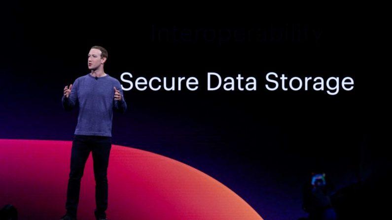 El director ejecutivo de Facebook, Mark Zuckerberg, pronuncia el discurso de apertura presentando las nuevas funciones de privacidad de Facebook, Messenger, WhatsApp e Instagram en la Conferencia F8 de Facebook en el Centro de Convenciones McEnery en San José, California, el 30 de abril de 2019. (AMY OSBORNE/AFP/Getty Images)