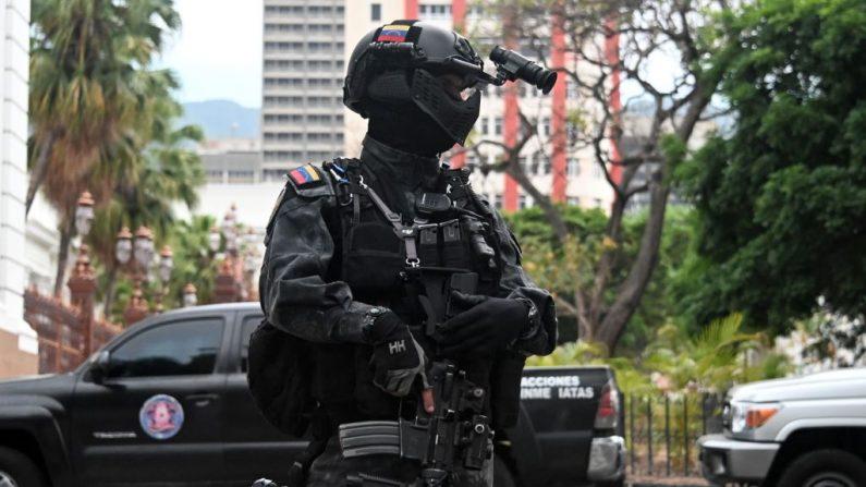 Un miembro de las fuerzas de seguridad de Venezuela hace guardia frente al Palacio Legislativo Federal, que alberga la Asamblea Nacional, en Caracas el 14 de mayo de 2019. (STR/AFP/Getty Images)