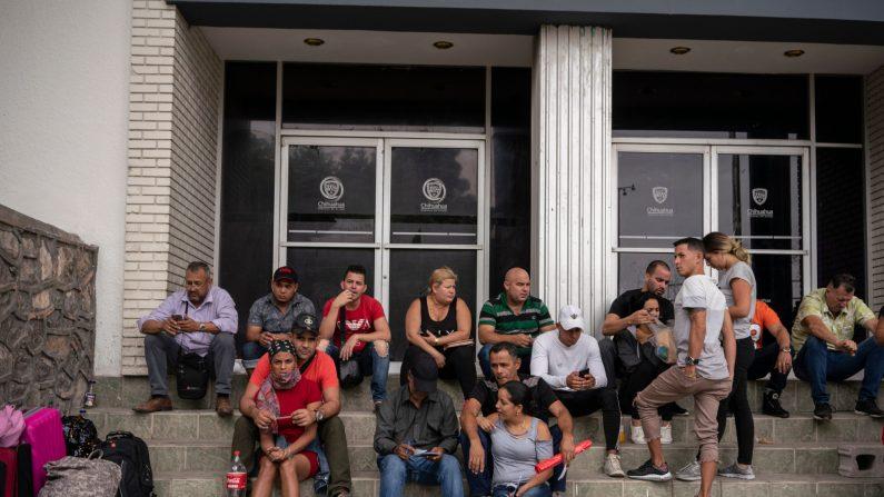 Un grupo de cubanos esperan fuera de la oficina del Centro de Atención Integral de Migrantes para registrar sus números para ingresar a los Estados Unidos, en Ciudad Juárez, estado de Chihuahua, el 20 de mayo de 2019. (Paul Ratje/AFP/Getty Images)