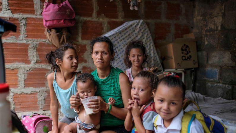 La venezolana Jugeidy Parada, de 32 años, y sus hijos posan para un retrato en su casa en el barrio Petare de Caracas el 9 de mayo de 2019. (MATIAS DELACROIX/AFP/Getty Images)