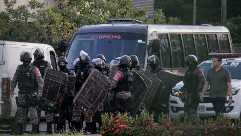 La policía antidisturbios brasileña se prepara para invadir las instalaciones de la prisión de Puraquequara en la comunidad de Bela Vista, barrio de Puraquequara en la ciudad de Manaus, estado de Amazonas, el 27 de mayo de 2019. (SANDRO PEREIRA/AFP/Getty Images)