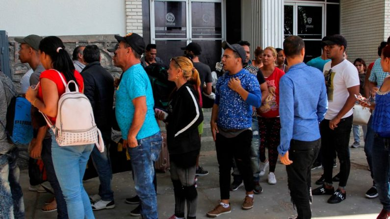 Migrantes cubanos hacen fila para una cita de asilo con las autoridades estadounidenses en Ciudad Juárez, estado de Chihuahua, México, el 31 de mayo de 2019. Foto de HERIKA MARTINEZ/AFP/Getty Images.