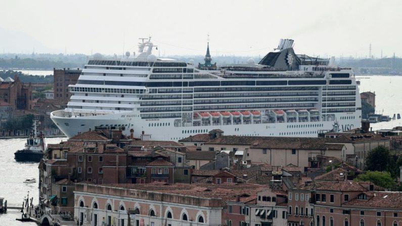 Imagen de archivo. El crucero MSC Magnifica se ve desde el campanario de San Maggiore que sale de la Laguna de Venecia el 9 de junio de 2019. -Miles de personas salieron a las calles de Venecia el 8 de junio de 2019, pidiendo la prohibición de los grandes cruceros en la ciudad después de la colisión de una gran nave contra el muelle y un barco turístico. (MIGUEL MEDINA / AFP / Getty Images)