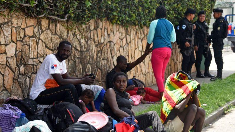 Migrantes haitianos permanecen fuera de un refugio en la Ciudad de Guatemala el 10 de junio de 2019. (JOHAN ORDONEZ/AFP/Getty Images)
