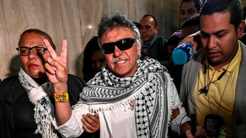Jesús Santrich (C), miembro del partido Fuerza Revolucionaria Alternativa Común (FARC), buscado por Estados Unidos por narcotráfico, después de jurar como congresista en Bogotá, el 11 de junio de 2019. (JUAN BARRETO/AFP/Getty Images)
