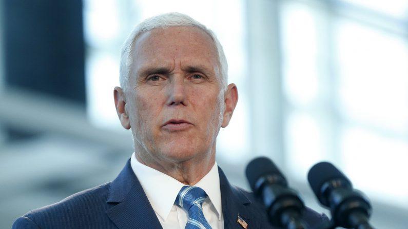 El vicepresidente de los EE.UU., Mike Pence, en una conferencia de prensa para dirigirse al US Naval Hospital Ship Comfort en el Puerto de Miami en Miami, Florida, el 18 de junio de 2019. (Rhona Wise/AFP/Getty Images)